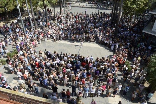 Castelldefels sale a la calle como muestra de solidaridad con las víctimas y contra el terrorismo
