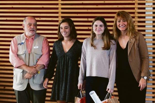 Dues alumnes de l'Institut Josep Lluís Sert de Castelldefels reben el segon premi Floquet de Neu al millor Treball de Recerca de Batxillerat